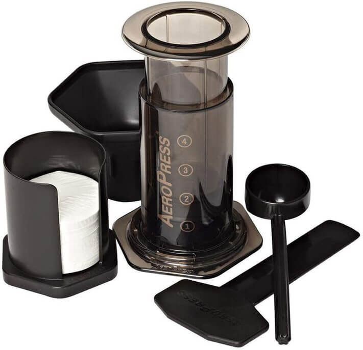 Image of the AeroPress coffee maker set, with filters and a measuring spoon.